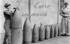 Munitionettes at work in Nottinghamshire during the First World War Photo IWM via GETTY, coupée et montée par Flodalys