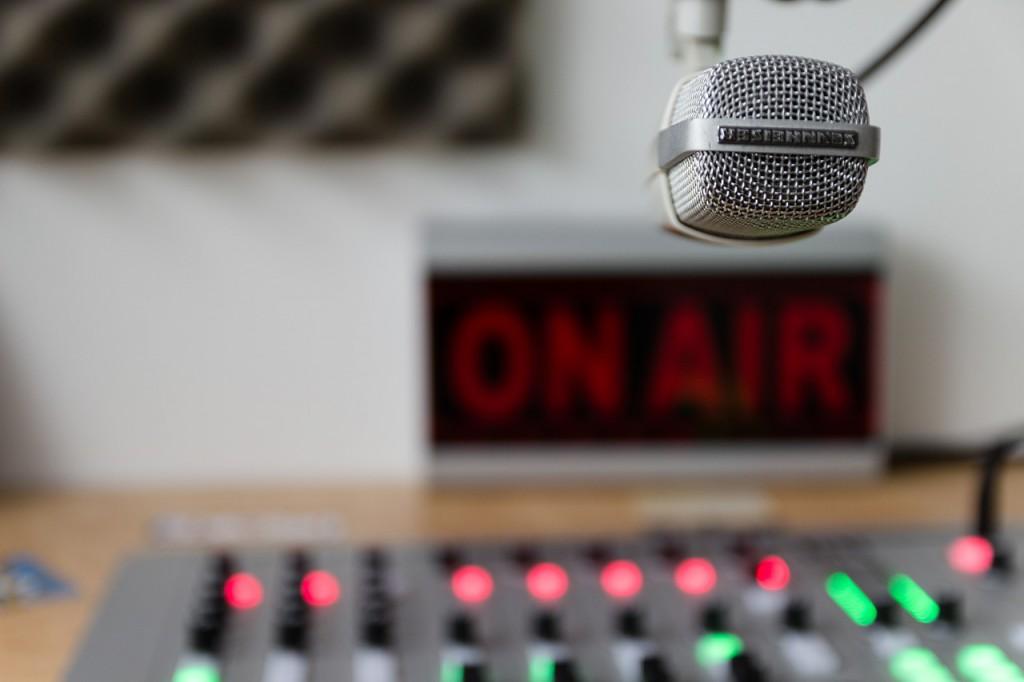 Cette image représente un micro, une table d'enregistrement dans une studio d'enregistrement.